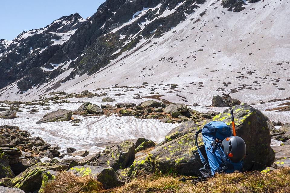 astuces voyager léger : sac à dos en montagne