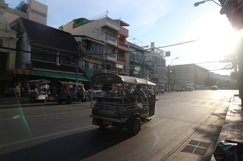 conseil voyage bangkok, une rue et un tuk tuk